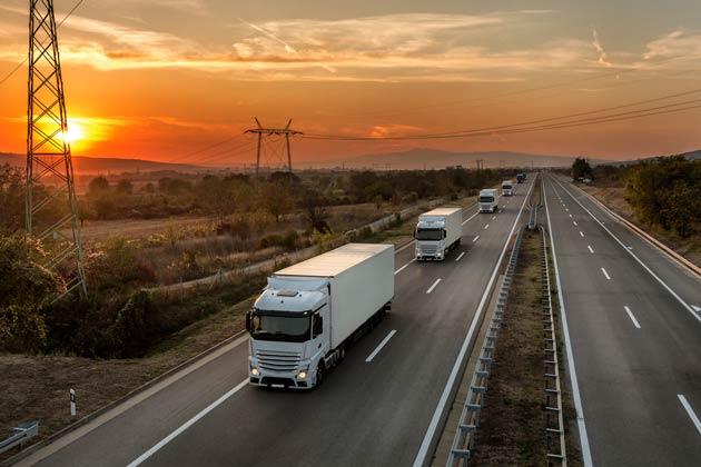 transportadora de cosméticos com caminhões na estrada