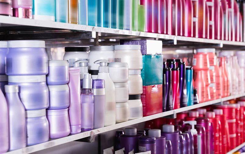cosméticos na prateleira após serem transportados por uma transportadora de cosméticos