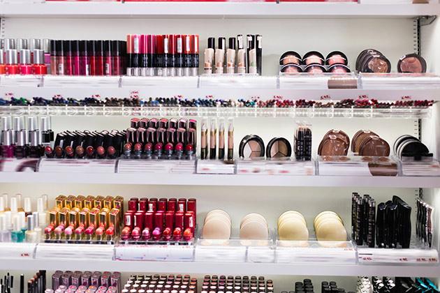 Prateleira cheia de produtos cosméticos