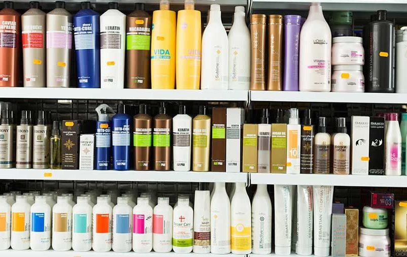 prateleiras repletas de produtos representando o aumento de vendas de cosméticos