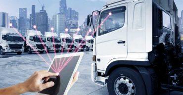 homem com tablet fazendo a gestão de frotas de caminhões