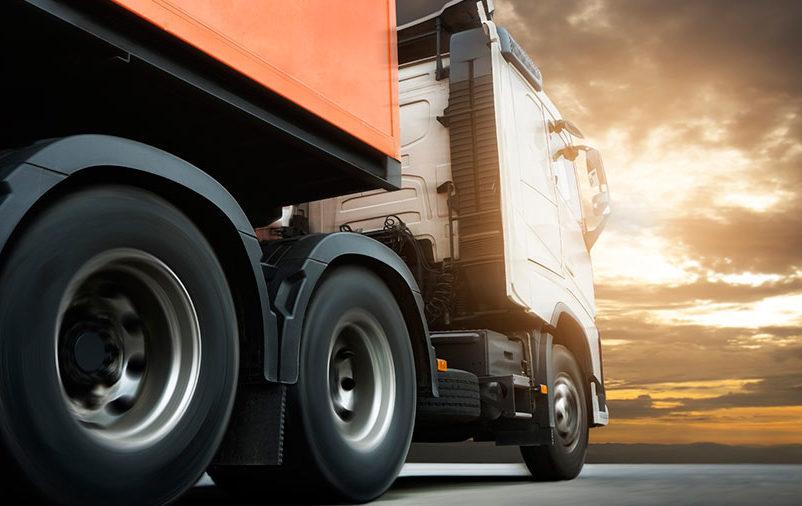 Na imagem vemos um caminhão carregando mercadorias autorizadas para transporte pela Anvisa.