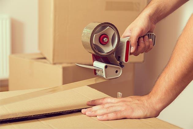 Na imagem vemos uma pessoa que aprendeu como embalar sua encomenda. Saiba também!