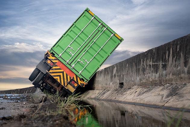 caminhão tombado na pista devido à falta de radares de velocidade nas rodovias