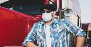 Homem usando máscara conhece os Cuidados Que Todo Caminhoneiro Deve Ter