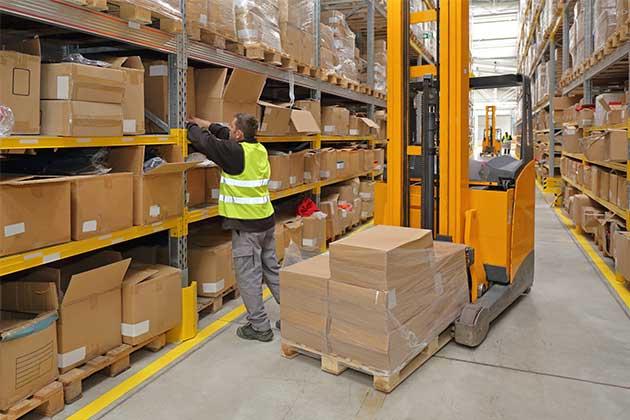 Na imagem vemos uma separação dos produtos pedidos. Uma etapa da logística fulfillment.