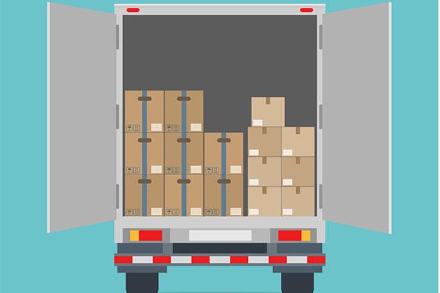 caixas dentro do baú do caminhão realizando a cubagem que está dentre as taxas de transportes de cargas